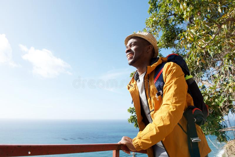 Viandante maschio afroamericana felice che si rilassa e che esamina vista fotografie stock