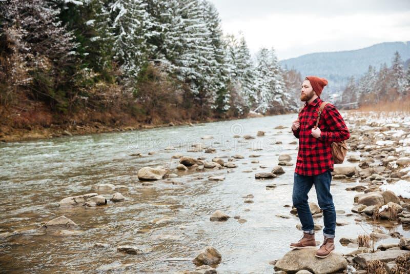 Viandante maschio che cammina sul fiume fotografia stock