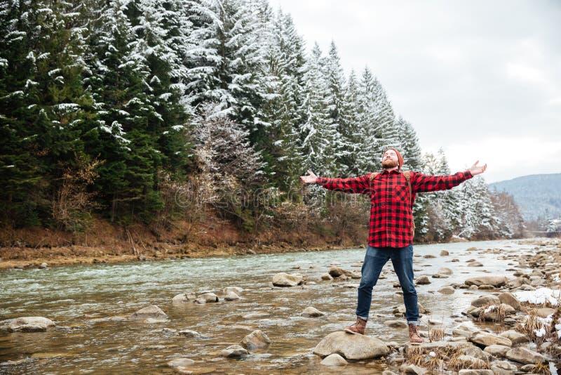 Viandante maschio divertendosi sul fiume fotografia stock libera da diritti