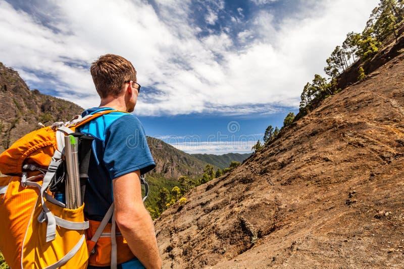 Viandante in montagne fotografie stock