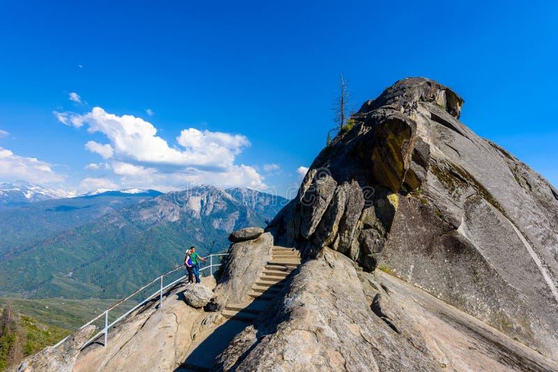Viandante a Moro Rock Facendo un'escursione nel parco nazionale della sequoia, California, U.S.A. fotografie stock
