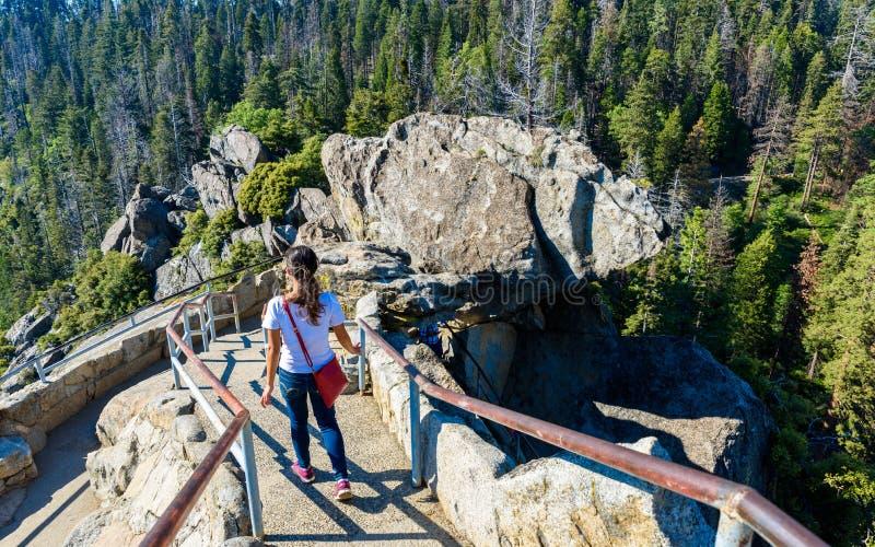 Viandante a Moro Rock Facendo un'escursione nel parco nazionale della sequoia, California, U.S.A. fotografia stock