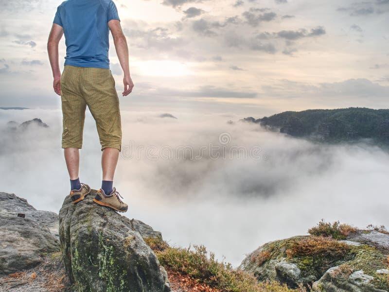 Viandante nel mezzo di nessuna parte e di pensiero da solo L'uomo si siede sulla cima immagini stock libere da diritti