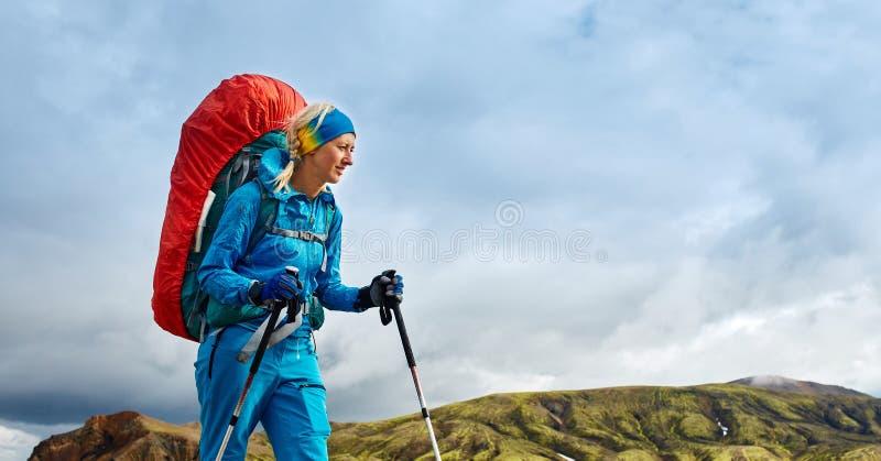 Viandante nelle montagne, Islanda fotografia stock libera da diritti