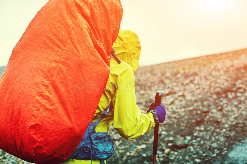 Viandante nelle montagne sotto pioggia fotografia stock