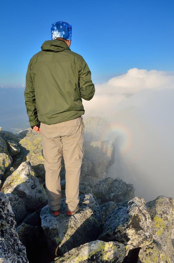Viandante su un picco di montagna immagini stock libere da diritti