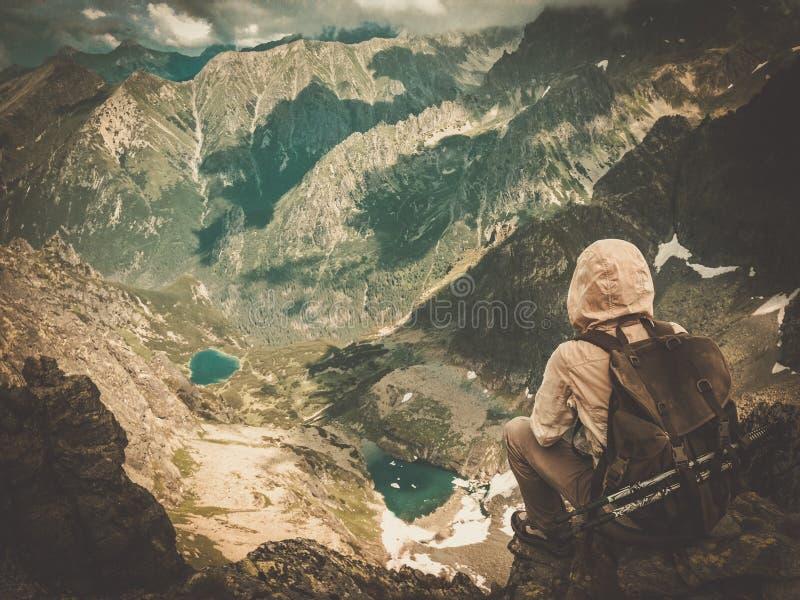 Viandante su una montagna fotografia stock libera da diritti