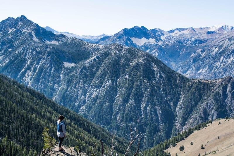 Viandante sul picco di montagna fotografia stock
