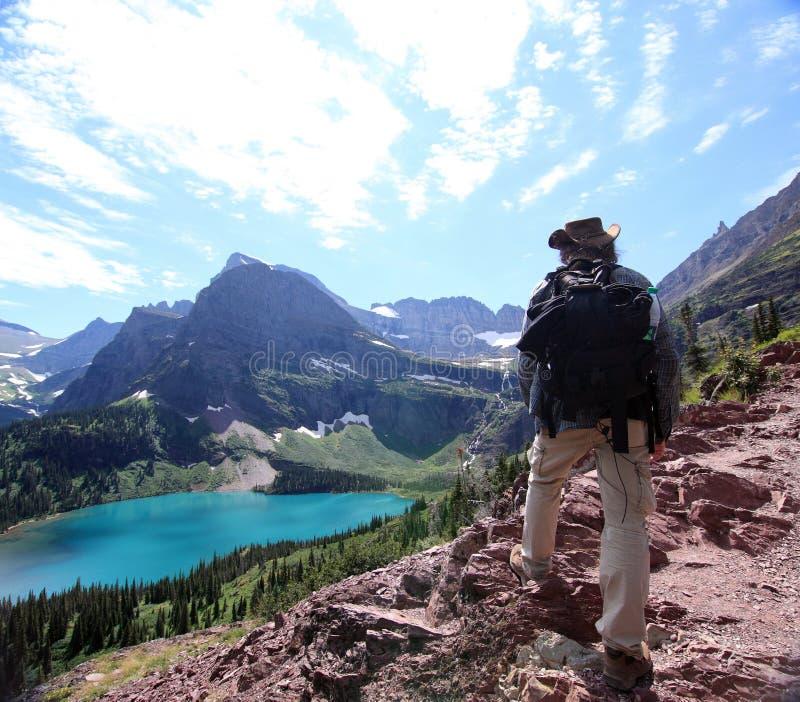 Viandante sulla traccia del ghiacciaio di Grinnell fotografia stock libera da diritti