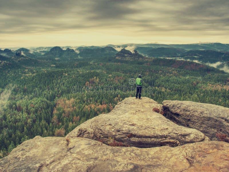 Viandante sulla traccia rocciosa che cammina sulla cresta della montagna Conclusione di estate fotografie stock