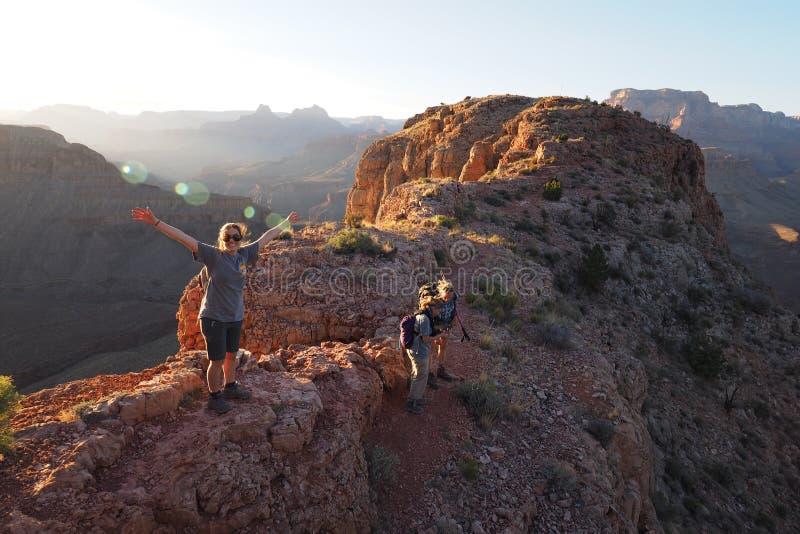 Viandanti al tramonto sulla MESA a ferro di cavallo in Grand Canyon immagine stock