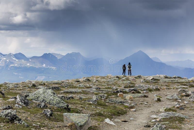 Viandanti che guardano una tempesta d'avvicinamento - Jasper National Park, può fotografie stock