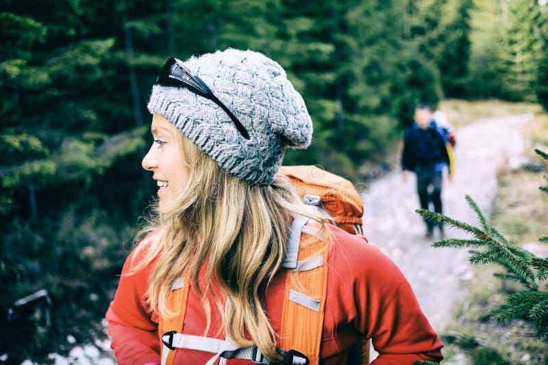 Viandanti delle coppie che si accampano e che fanno un'escursione nella foresta fotografia stock