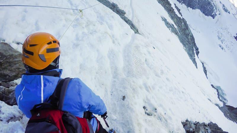 Viandanti a fare un'escursione spedizione nella fase di Couloir verso le montagne delle alpi di Mont Blanc n in Francia fotografie stock libere da diritti