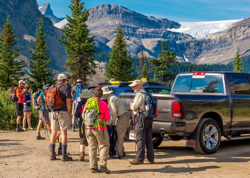 Viandanti/gruppo di ricerca del ghiacciaio dell'arco fotografia stock libera da diritti