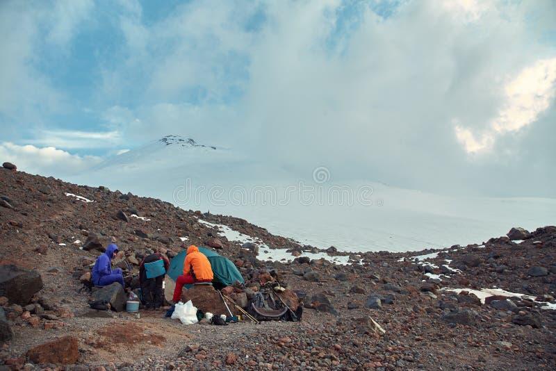 Viandanti nella montagna fotografia stock
