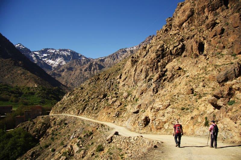 Viandanti nelle montagne di atlante (Marocco) fotografie stock libere da diritti
