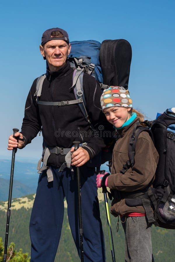 Viandanti - padre e figlia adolescente sorridente con gli zainhi immagine stock
