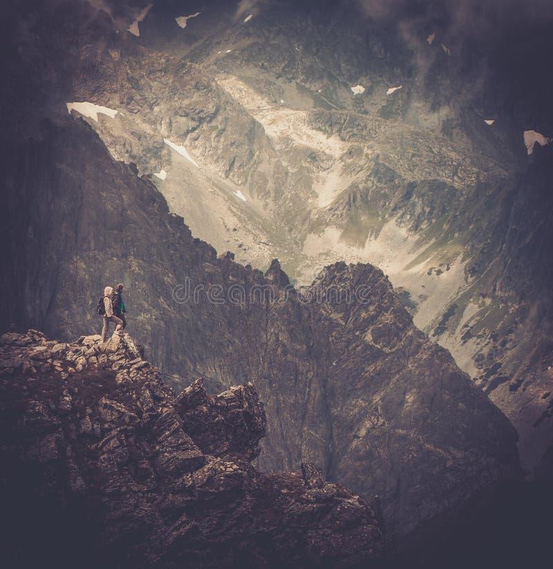 Viandanti su una cima di una montagna fotografie stock