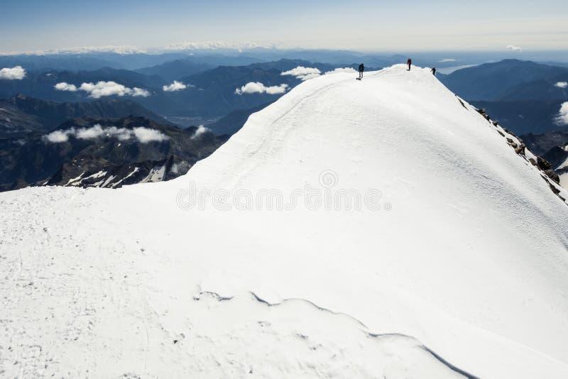 Viandanti sulle montagne immagine stock