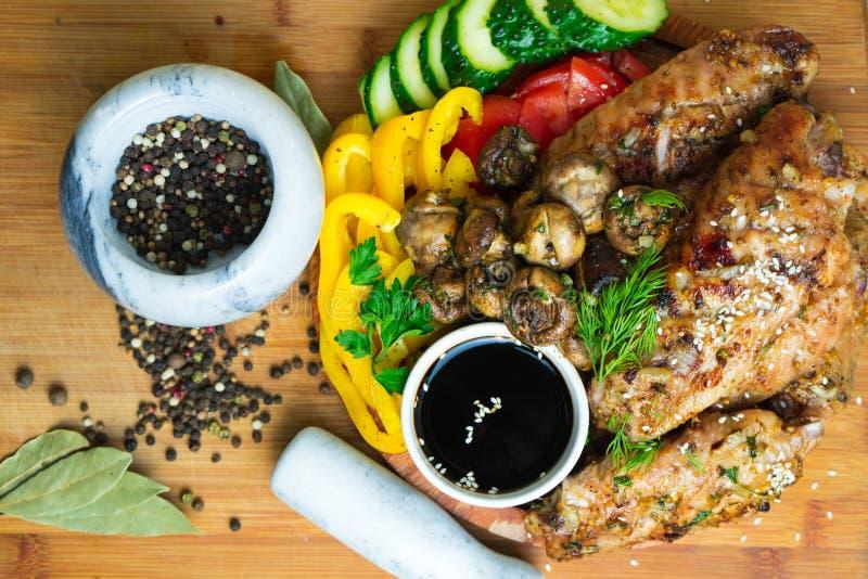 Viande avec des champignons et des légumes grillés Sauce de soja photographie stock