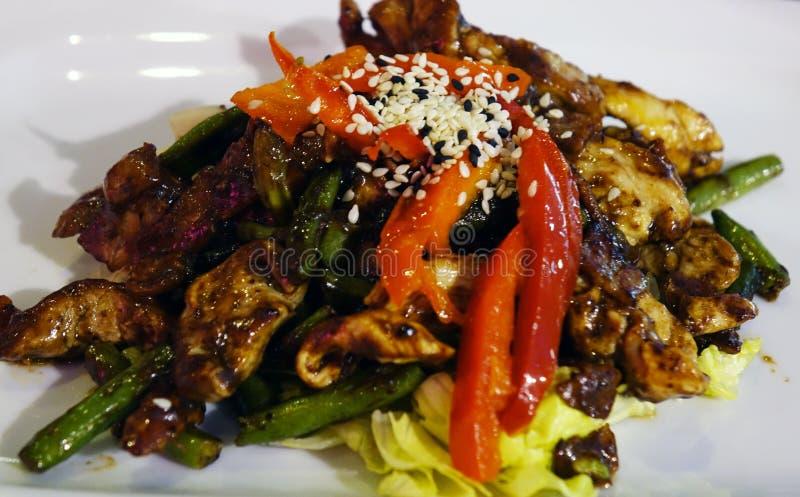 Viande avec des légumes du plat image stock
