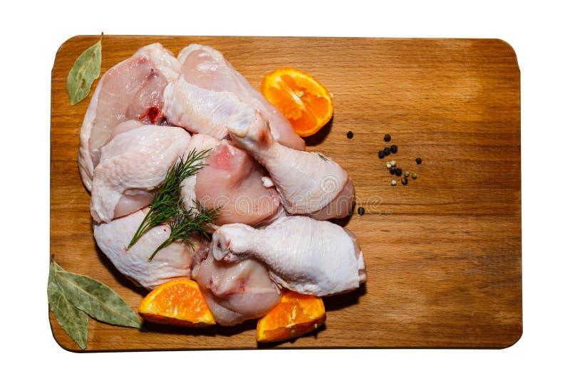 Viande brute de poulet sur un mensonge de table de cuisine, de légumes et d'accessoires de cuisine tout près photos libres de droits