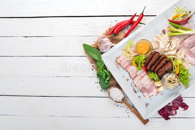 Viande coupée sur une assiette moutarde, raifort images stock