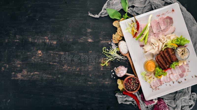 Viande coupée sur une assiette moutarde, raifort photos stock