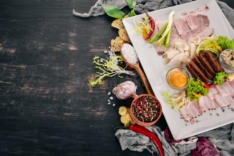 Viande coupée sur une assiette moutarde, raifort photos libres de droits