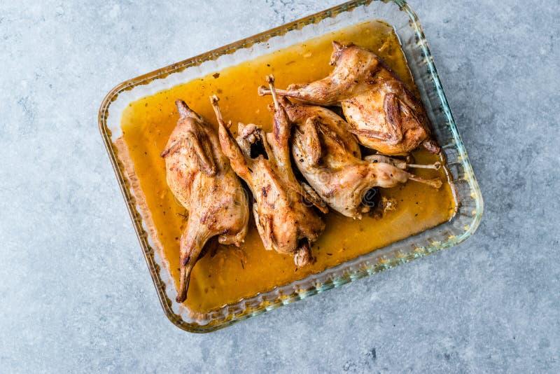 Viande croustillante rôtie de cailles dans le bol en verre/Fried Small Chickens photographie stock