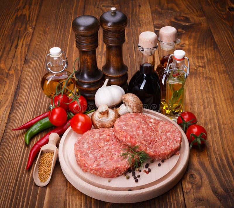 Viande crue d'hamburger avec des épices photographie stock