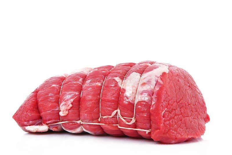 Viande crue de boeuf pour le rôti à l'arrière-plan blanc photos libres de droits
