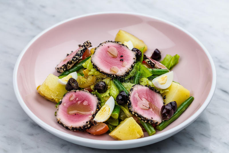 Viande crue et fraîche de thon avec de la salade de sésame et de légume frais photos libres de droits