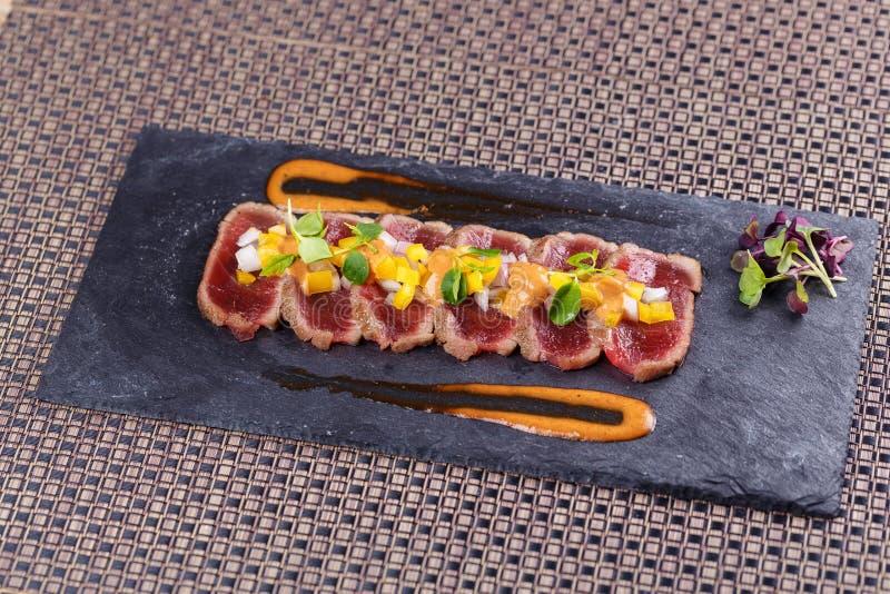 Viande crue et fraîche de thon avec le sause et légume frais photos stock
