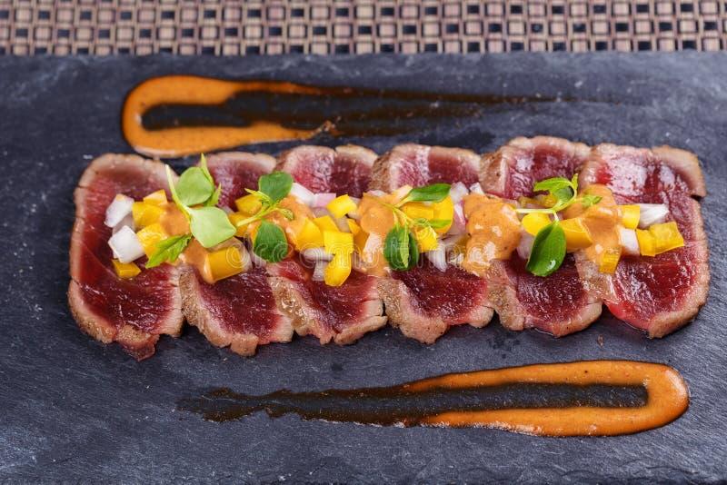 Viande crue et fraîche de thon avec le sause et légume frais photographie stock libre de droits