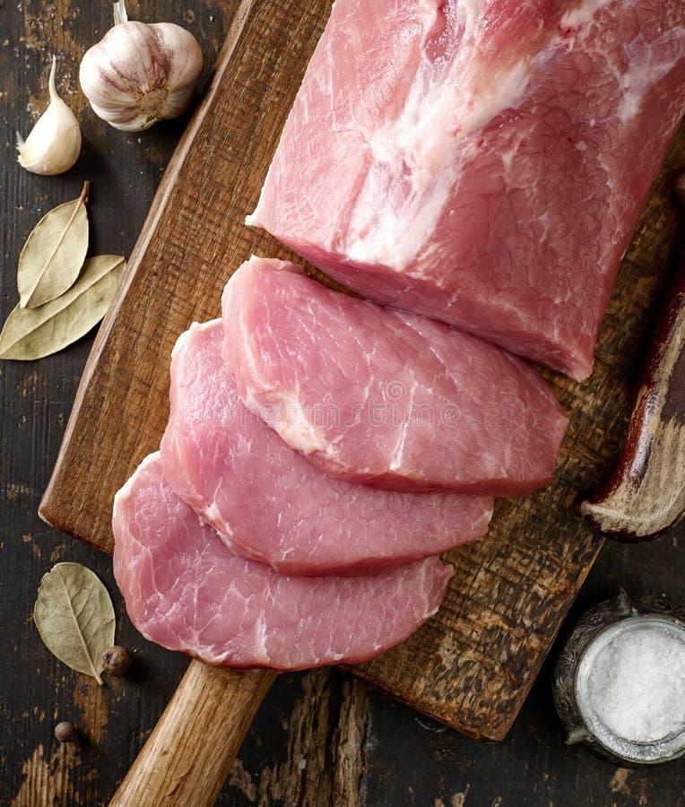 Viande crue fraîche sur la planche à découper en bois image stock