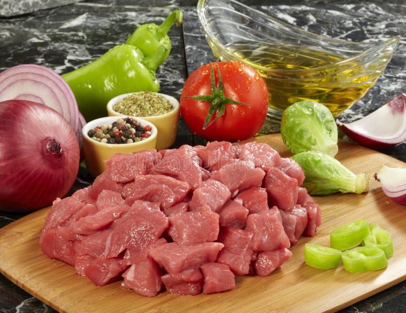 Viande crue fraîche sur le panneau de découpage image libre de droits