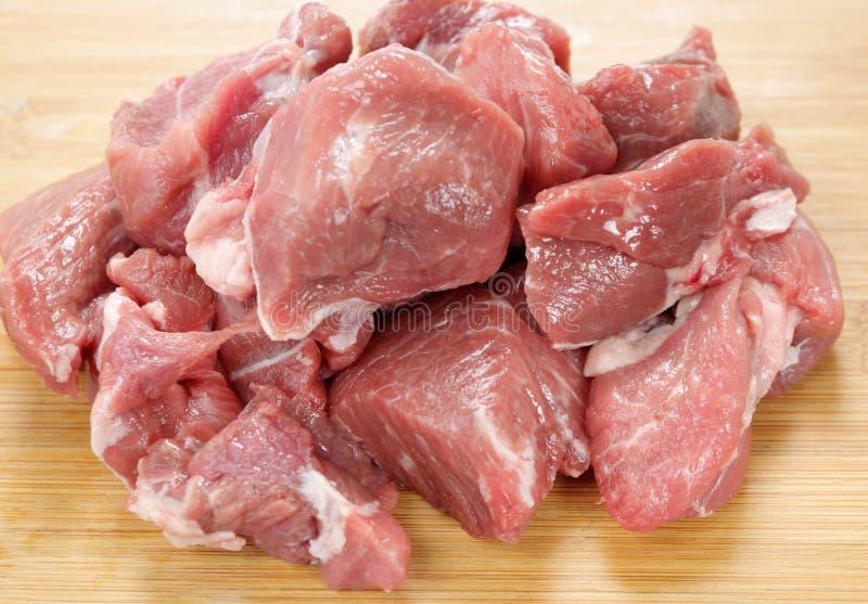 Viande cubée d'agneau sur un panneau images libres de droits