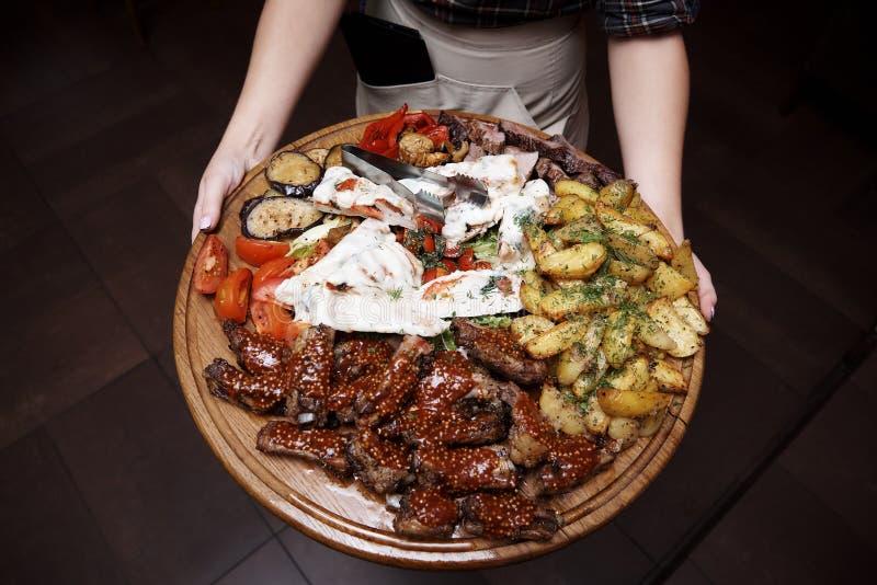 Viande cuite avec des légumes image stock