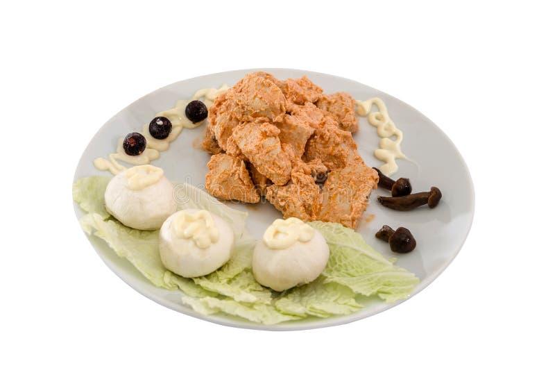 Viande cuite de poulet à une sauce avec des champignons Beau plat sur un fond blanc photos stock