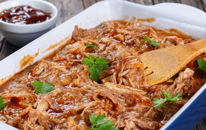 Viande déchiquetée jetée en l'air en sauce barbecue images stock