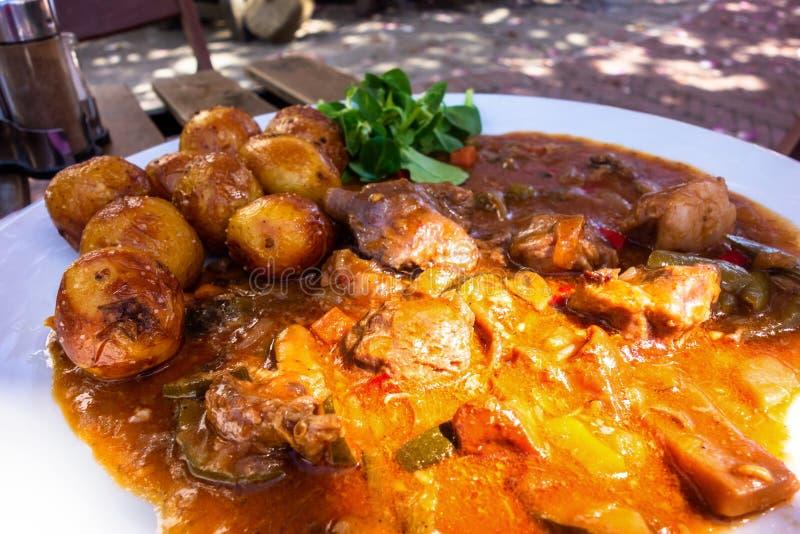 Viande d'agneau en sauce et pomme de terre végétales photos stock