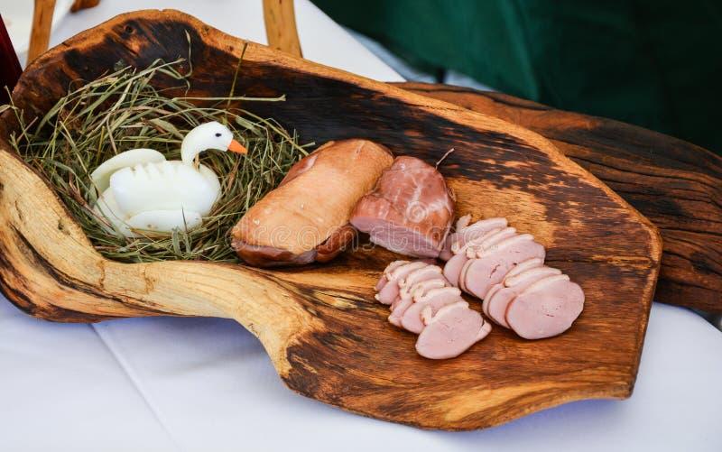 Viande d'oie sur un conseil en bois photos stock