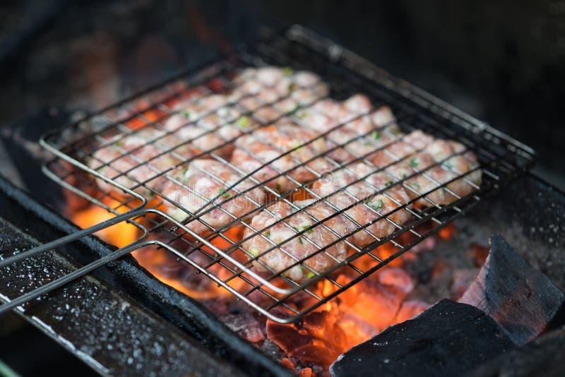 Viande de barbecue sur le feu de charbon L'ingrédient du cha de petit pain est la soupe de nouilles vietnamienne célèbre avec de  images libres de droits