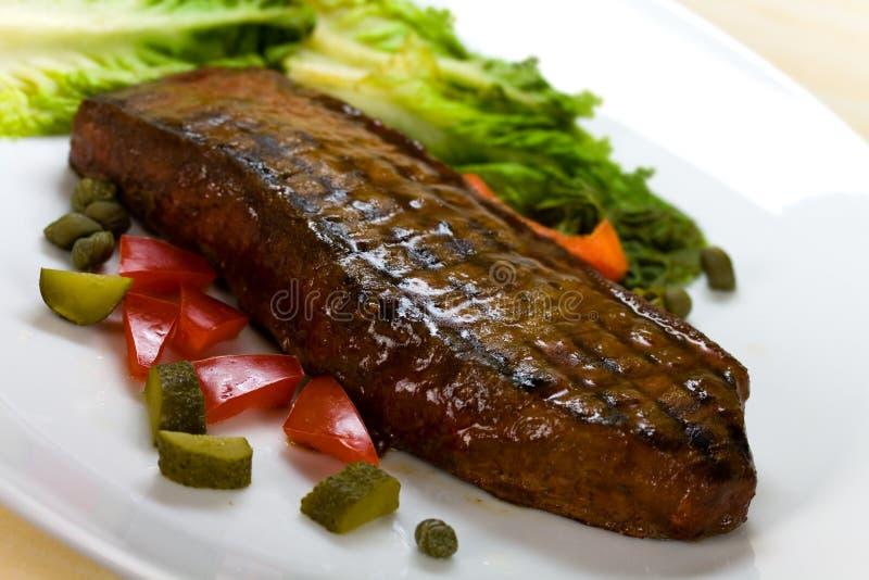 Viande de bifteck de New York sur la salade verte, Bell rouge Peppe photographie stock libre de droits