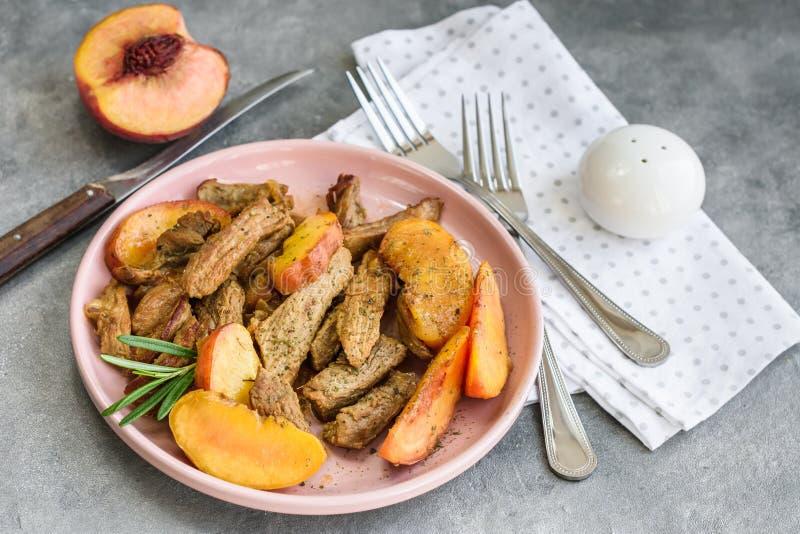 Viande de porc avec la pêche images stock