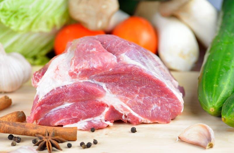 Viande de porc fraîche sur la planche à découper photo libre de droits