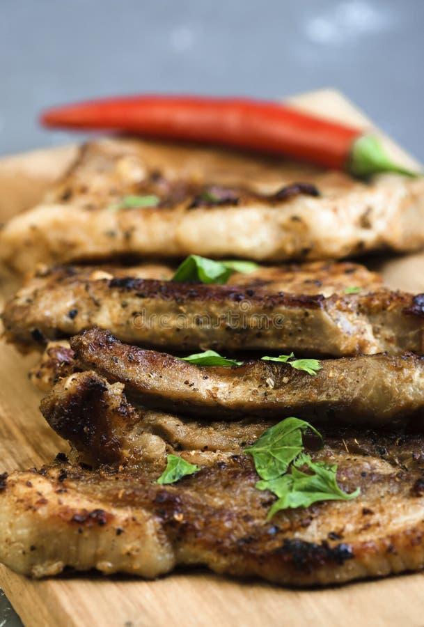 Viande de porc grillée avec le poivre de piment photo stock