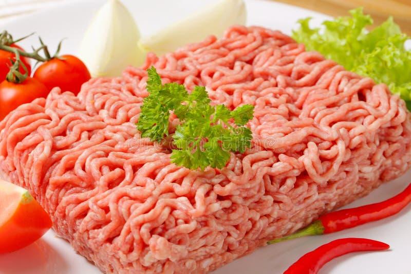 Viande de porc hachée et légumes crus photos stock
